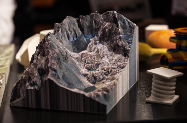Полноцветная печать на 3D принтере с помощью слоеной бумаги