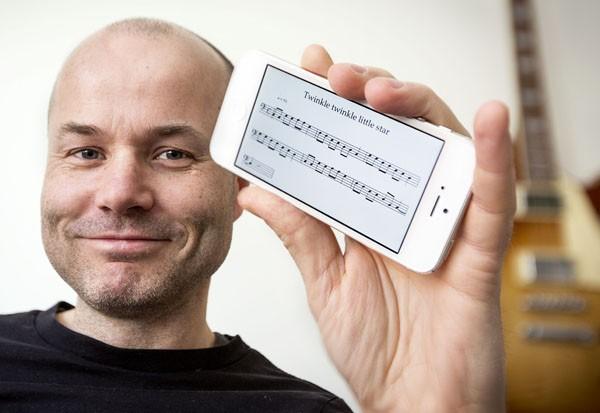 Приложение для смартфона, декодирующее напетую мелодию в ноты.